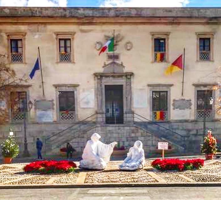 La piazza Duomo di Termini Imerese addobbata in tema natalizio