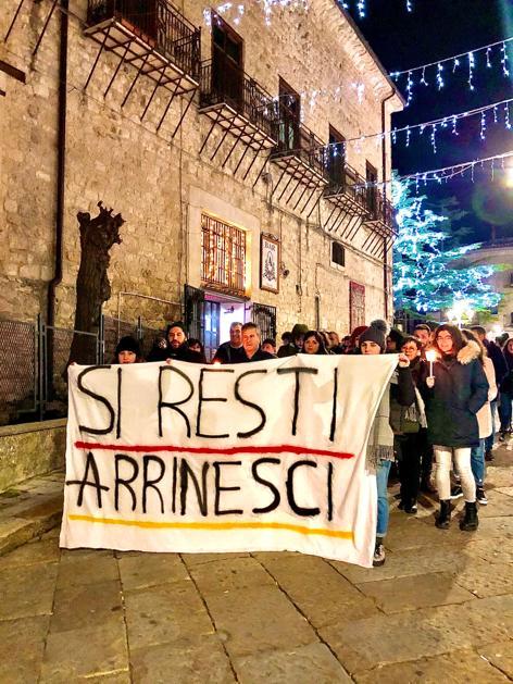Petralia Soprana: Si Resti Arrinesci illumina la Sicilia, in tutta l'isola migliaia di fiaccole per contrastare l'emigrazione giovanile forzata