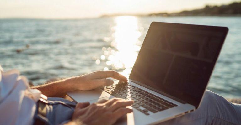 Alcuni modi per prevenire il mal di schiena quando si lavora al  computer