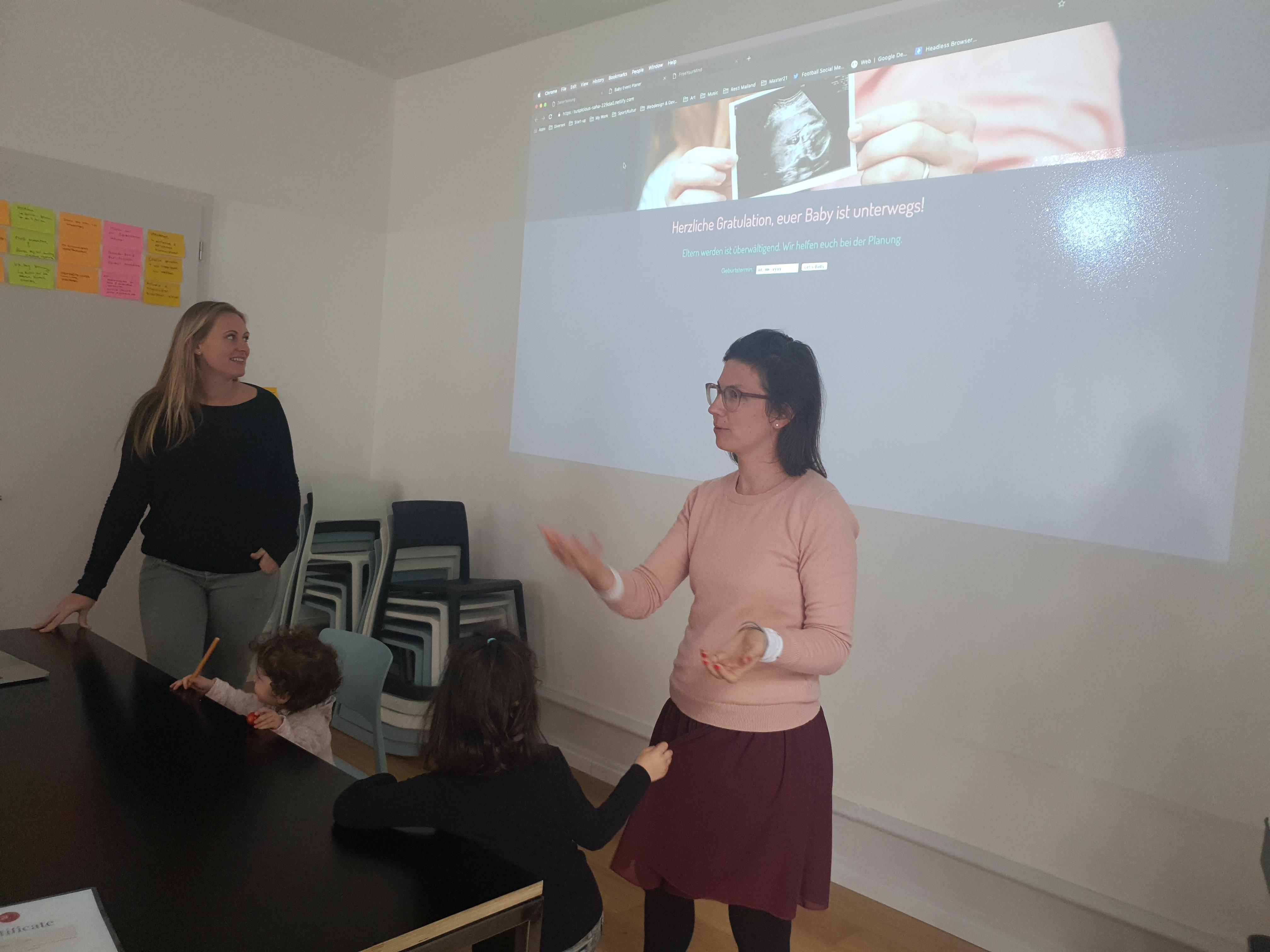 Naomi und Julia präsentieren ihre Web App