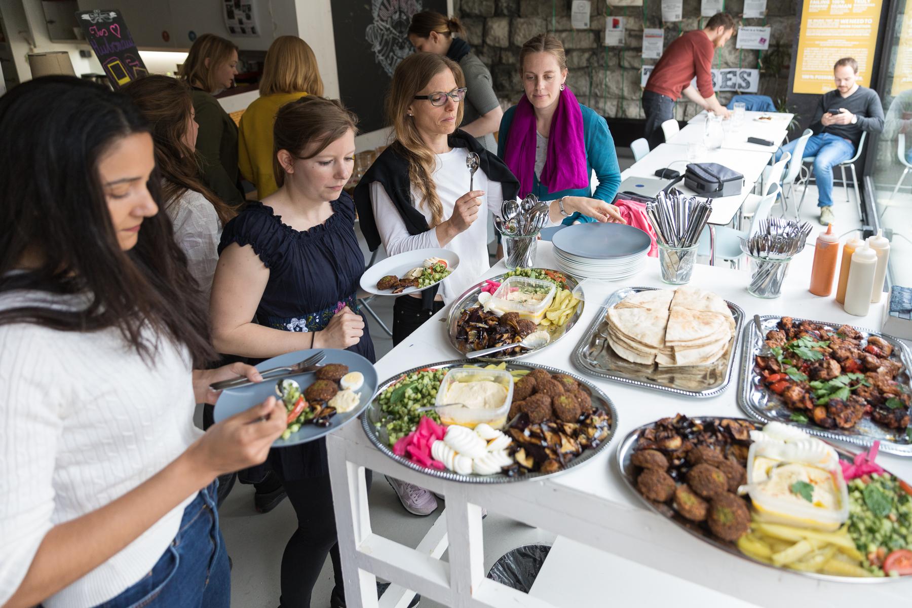 Teilnehmer beim gemeinsamen Mittagessen