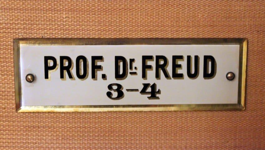 Targhetta sulla porta dello studio di S. Freud, con l'orario di consultazione