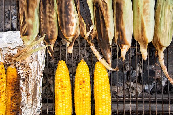 Maïs grillé pour un barbecue végétarien qui change