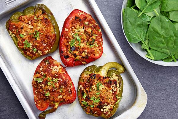 Recette poivrons farcis à la semoule et aux légumes, salade de pousses d'épinards