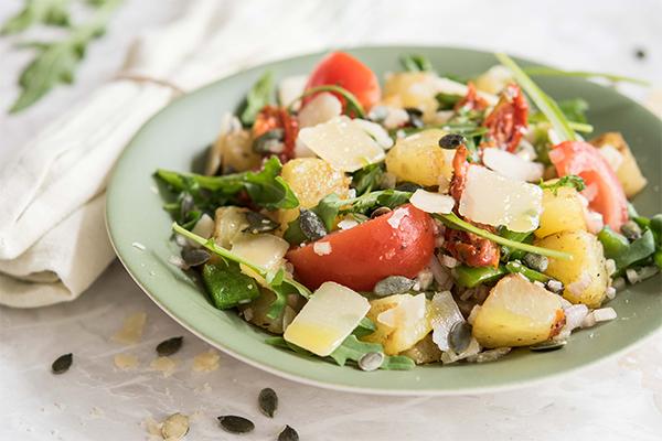 Recette de salade de pommes de terre aux tomates séchées et graines de courge