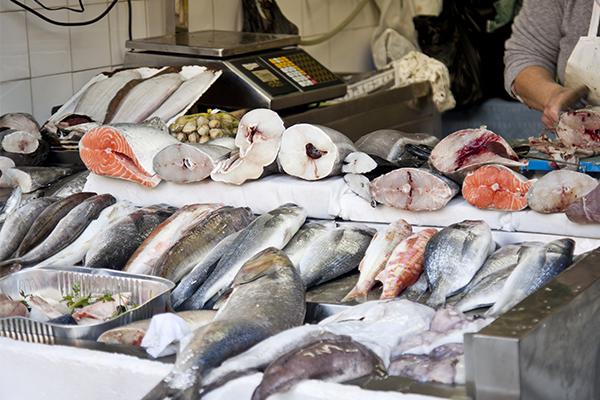 Marché aux poissons à Lisbonne, pour préparer le bacalhau com natas