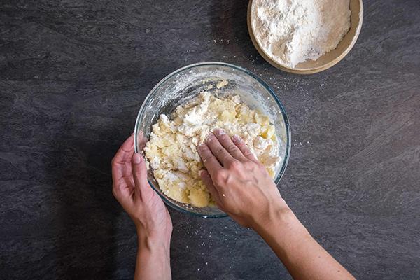Recette de gnocchi : étape-1 - Pétrir la pâte du bout des doigts