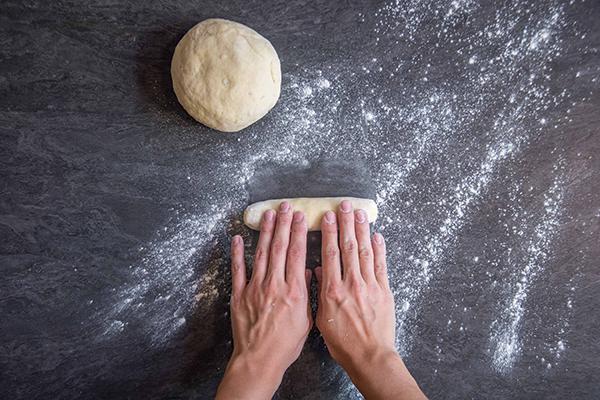Recette de gnocchi : étape 2 - Rouler en boudin