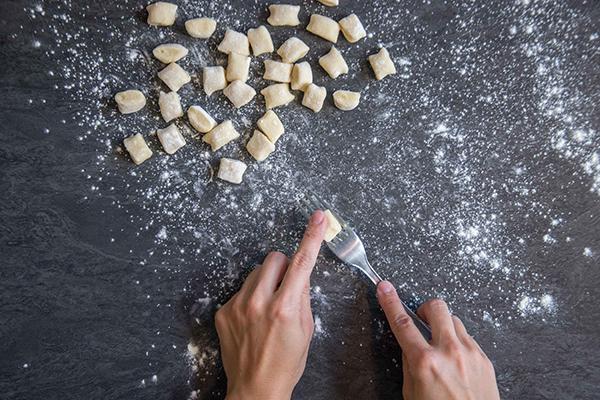 Recette gnocchi : étape 3 - Poser le tronçon sur la fourchette