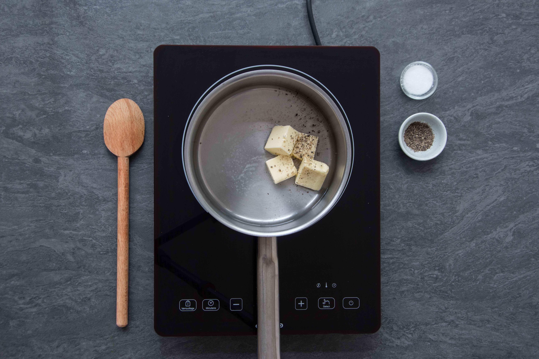 Recette pommes dauphines - étape 1 : faire fondre le beurre
