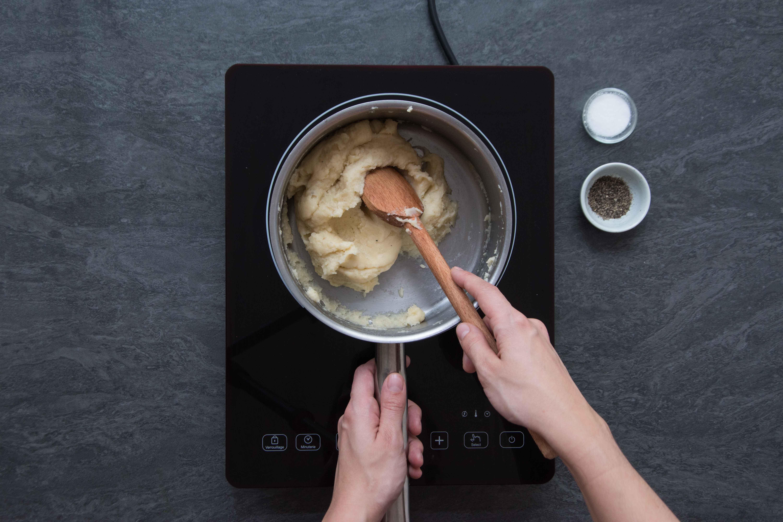 Recette pommes dauphines - étape 1 : faire chauffer la pâte