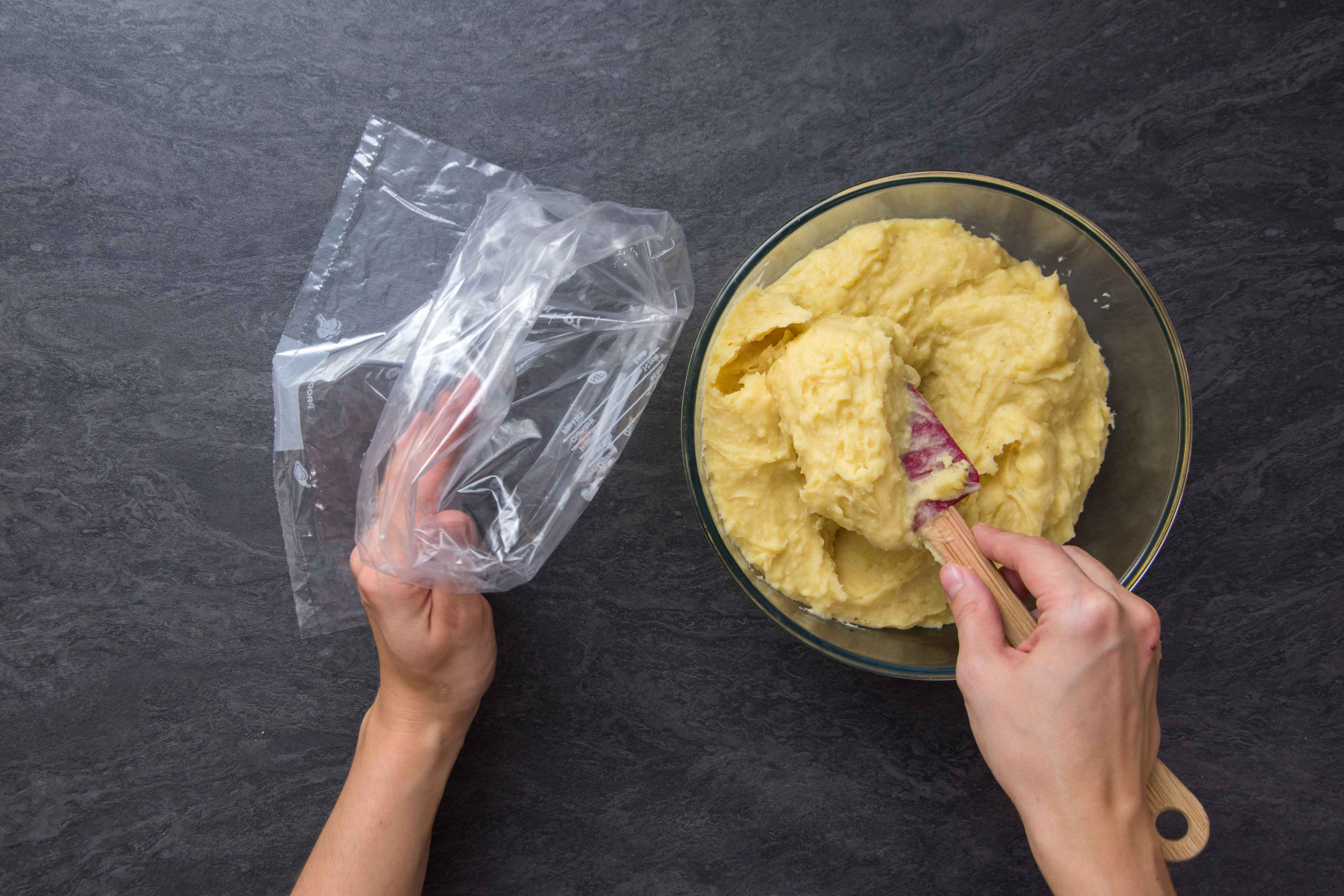 Recette pommes dauphines - étape 2 : remplir la douche à douilles