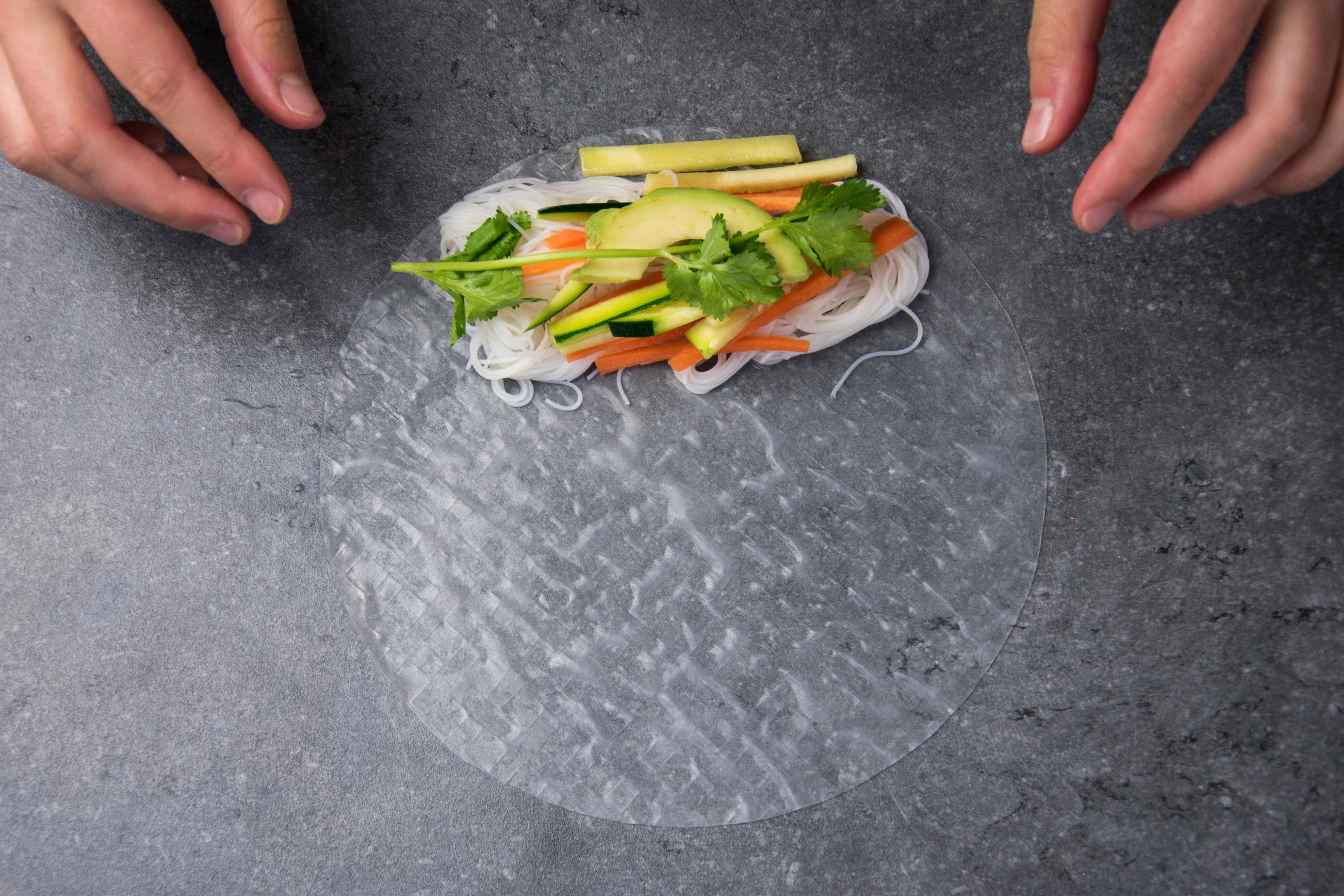 Placer la garniture sur la feuille de riz.