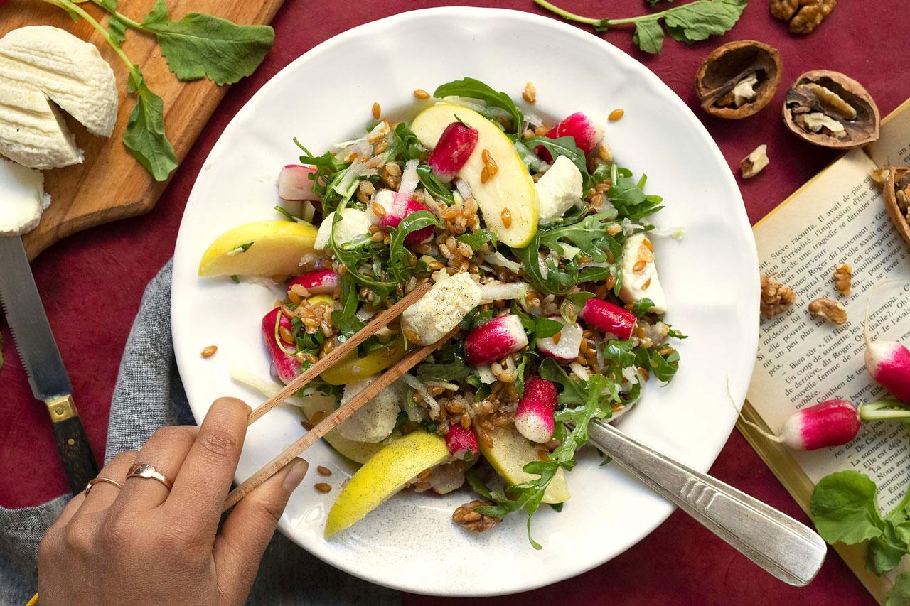 Salade de radis roses et chou-rave au crottin de chèvre et noix