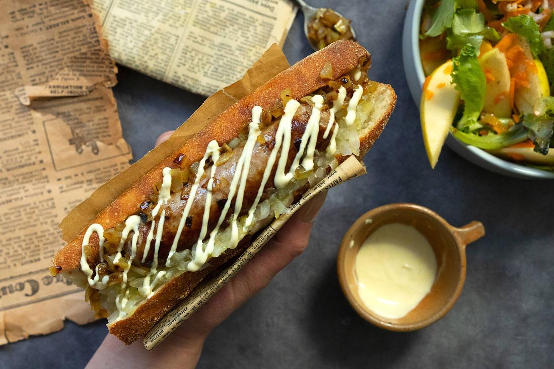Hot-dog scandinave aux pickles de concombre