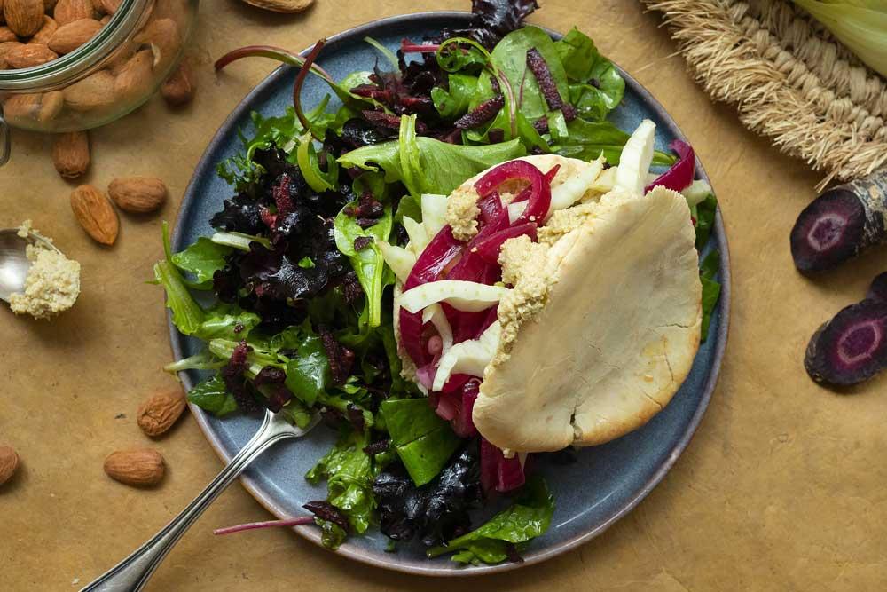 Gyros au fenouil, pickles d'oignon rouge et tapenade d'olives vertes
