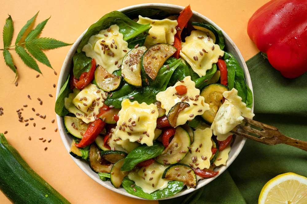 Salade de ravioli au boursin, légumes du soleil et graines de lin