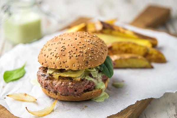 Burger maison : quand une sauce à la féta apporte de la gourmandise