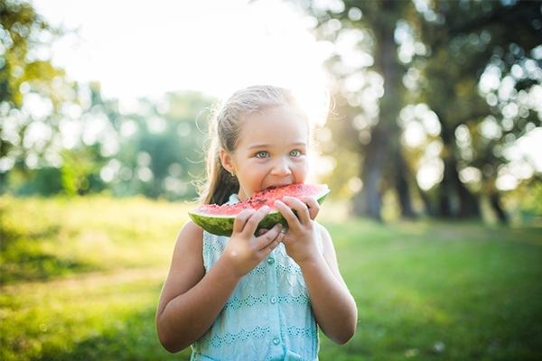 Fortes chaleurs et enfants : Top 5 des aliments ultra-rafraîchissants