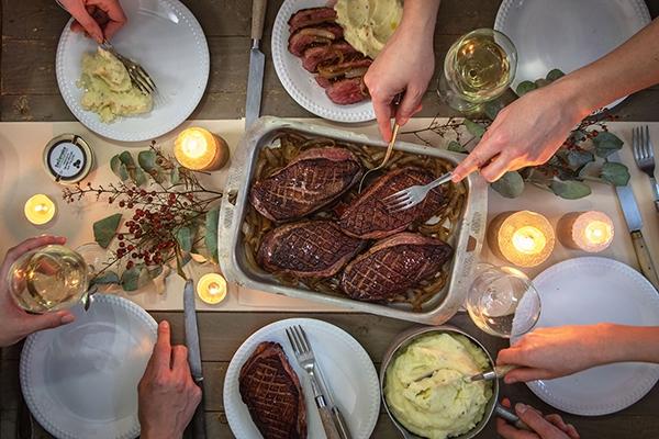 Repas entre amis : bluffez vos invités avec des filets de canette rôtis et une purée truffée !