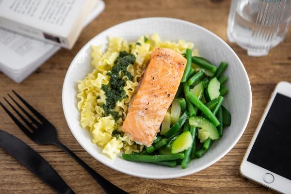 Pavé de saumon, fusilli festonate au pesto et légumes verts