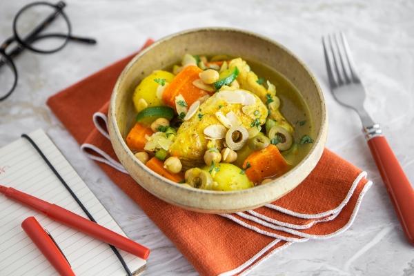Tajine de légumes et de poulet, olives vertes et amandes