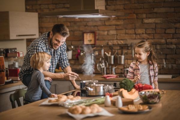 Cuisiner en famille : 7 conseils pour occuper vos enfants pendant le confinement