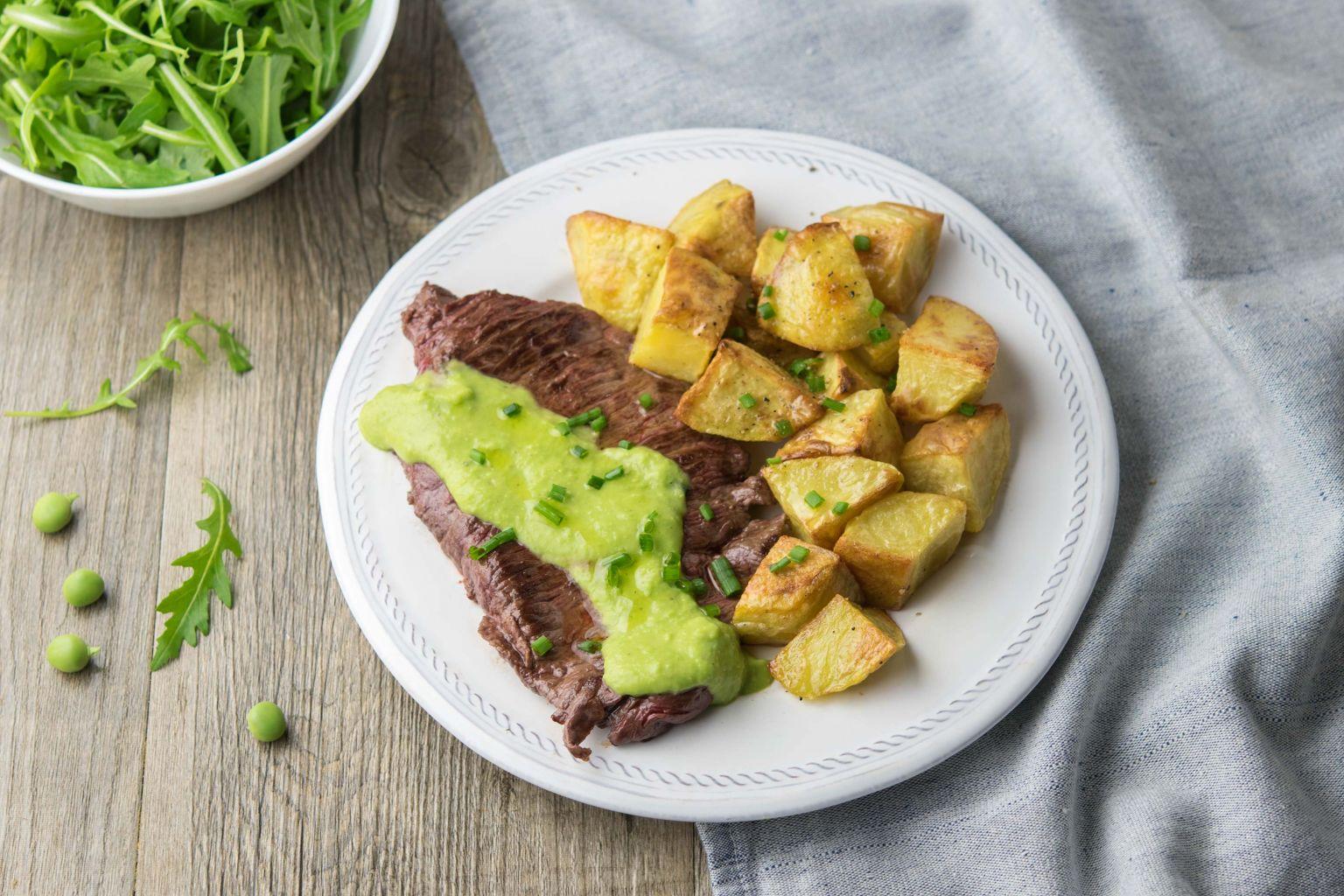 Steaks de bœuf et sauce aux petits pois