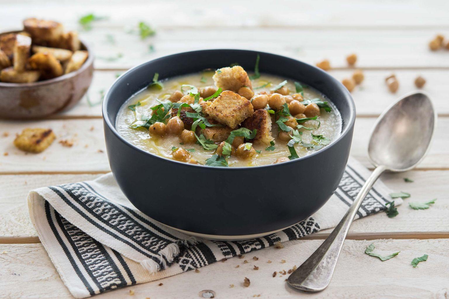 Soupe de céleri et croûtons au curry