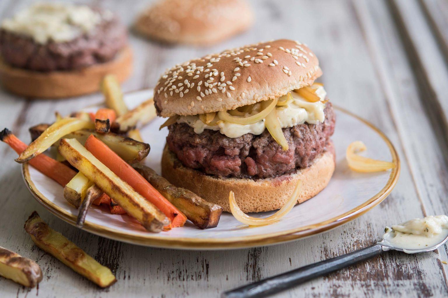 Burger à l'aïoli et frites rustiques