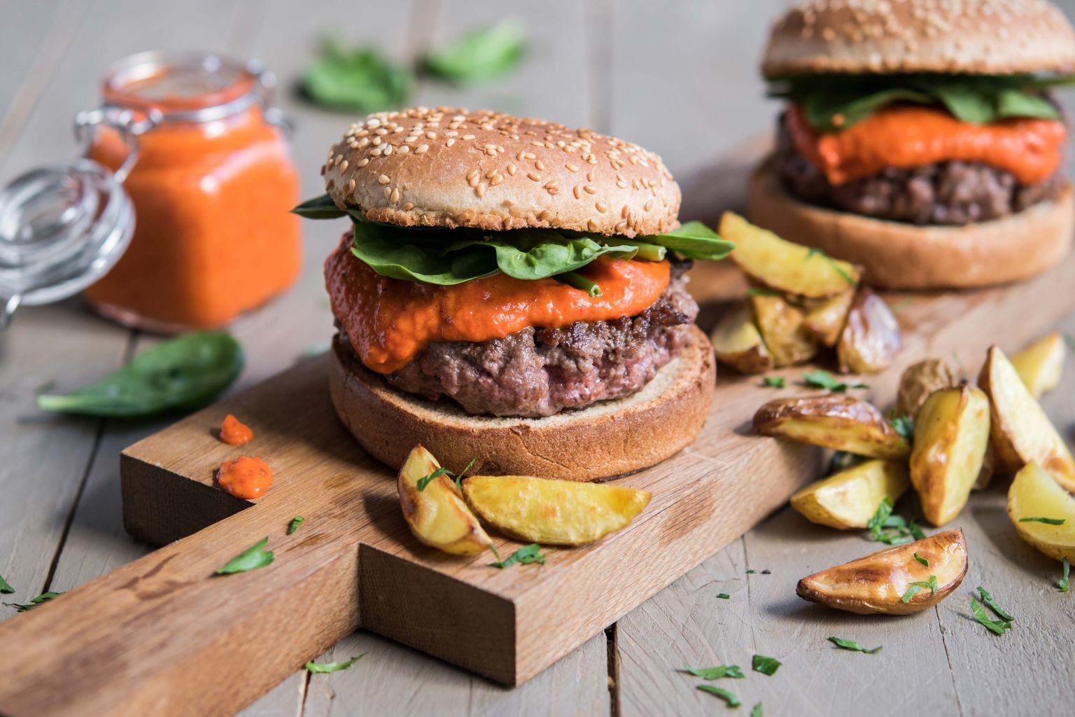 Burger sauce au poivron et pecorino, potatoes de grenailles