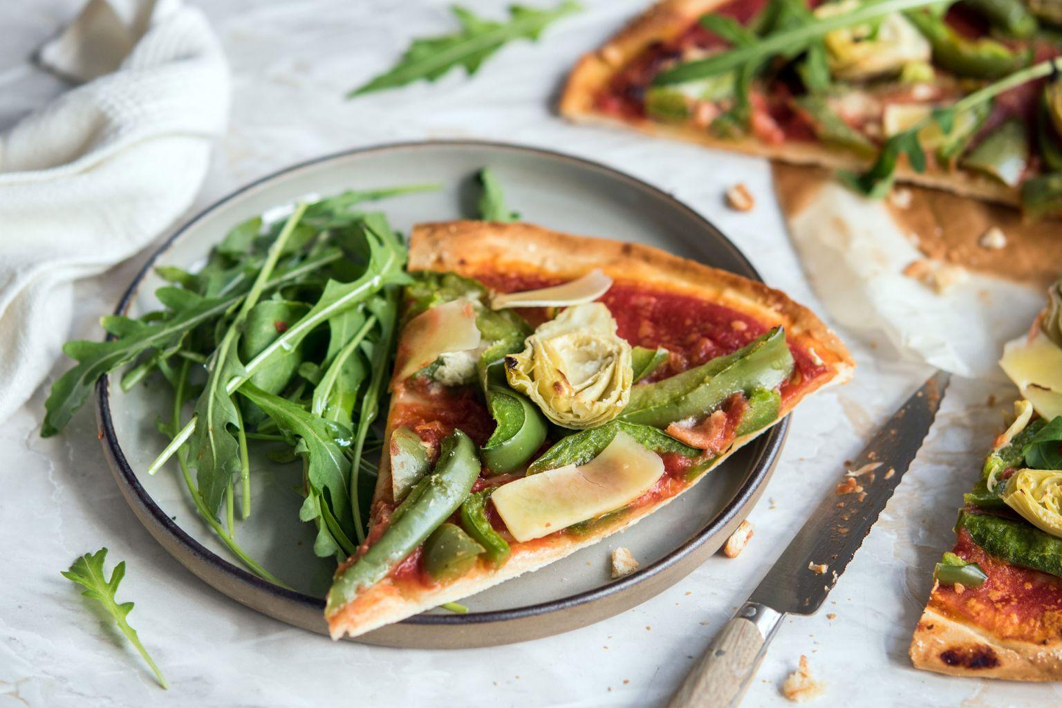 Recette de pizza aux cœurs d'artichaut et légumes printaniers