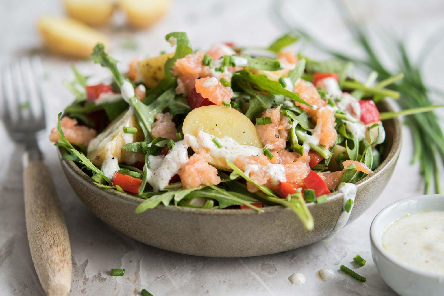 Salade de grenailles au saumon fumé aux baies roses, sauce au yaourt