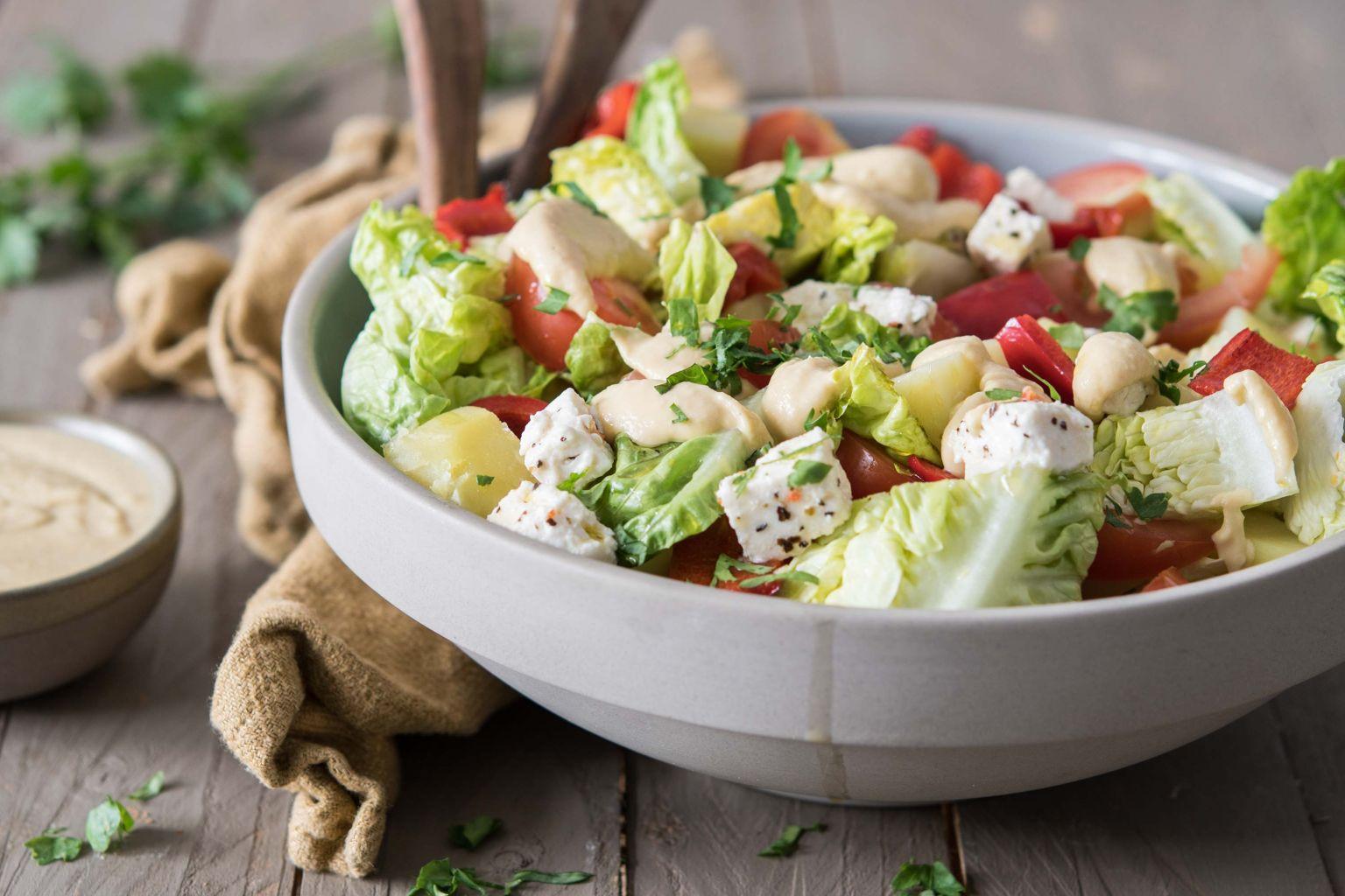 Salade au poivron, houmous et féta