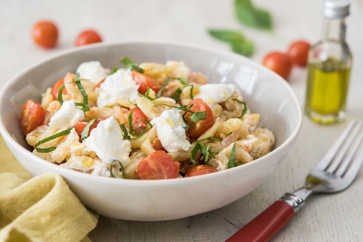 Spätzle aux tomates cerises, ricotta et huile au basilic