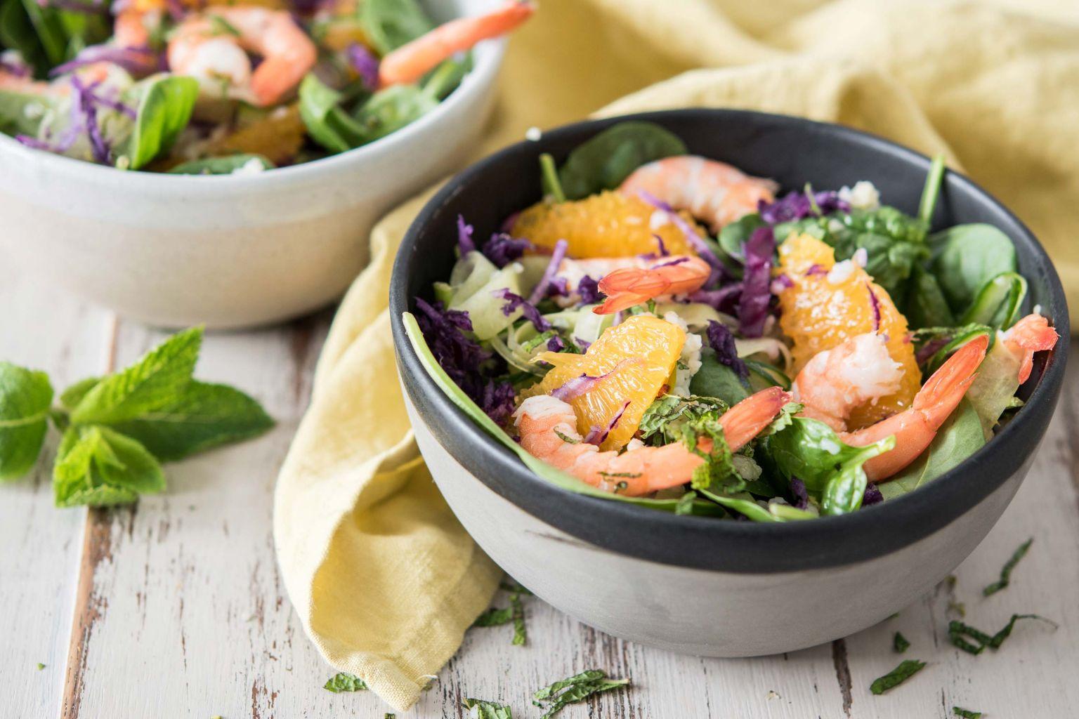 Salade colorée aux crevettes et à la menthe