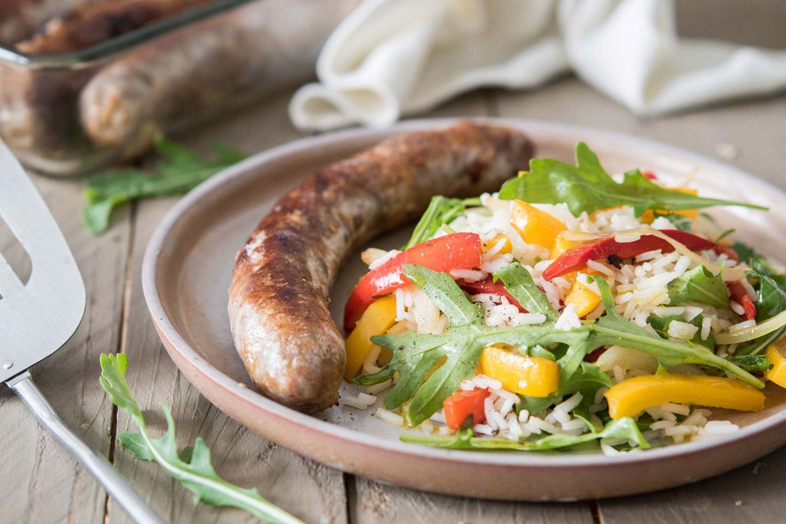 Saucisses rustiques et salade de riz aux poivrons grillés