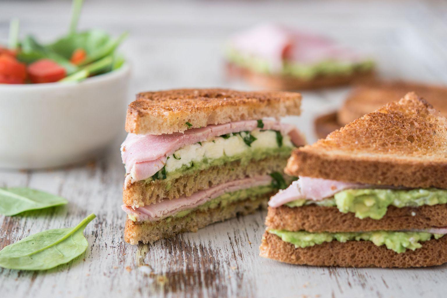 Club sandwich au jambon, avocat et mozzarella au pistou