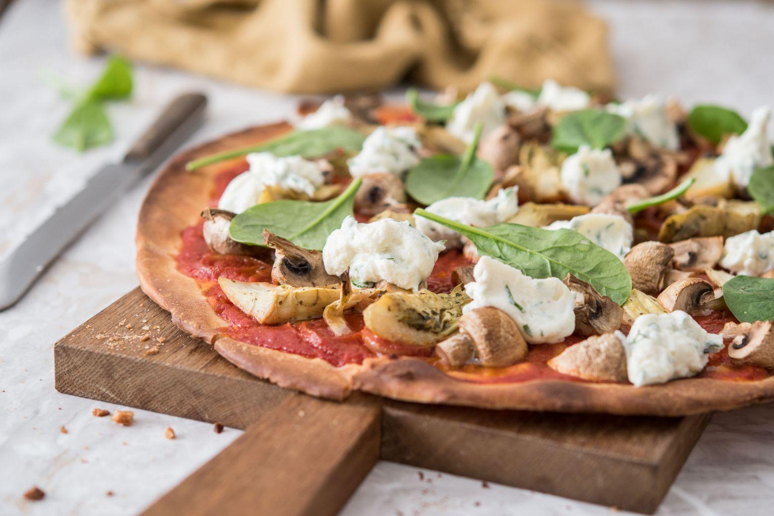 Pizza à la ricotta, champignons et cœurs d'artichauts
