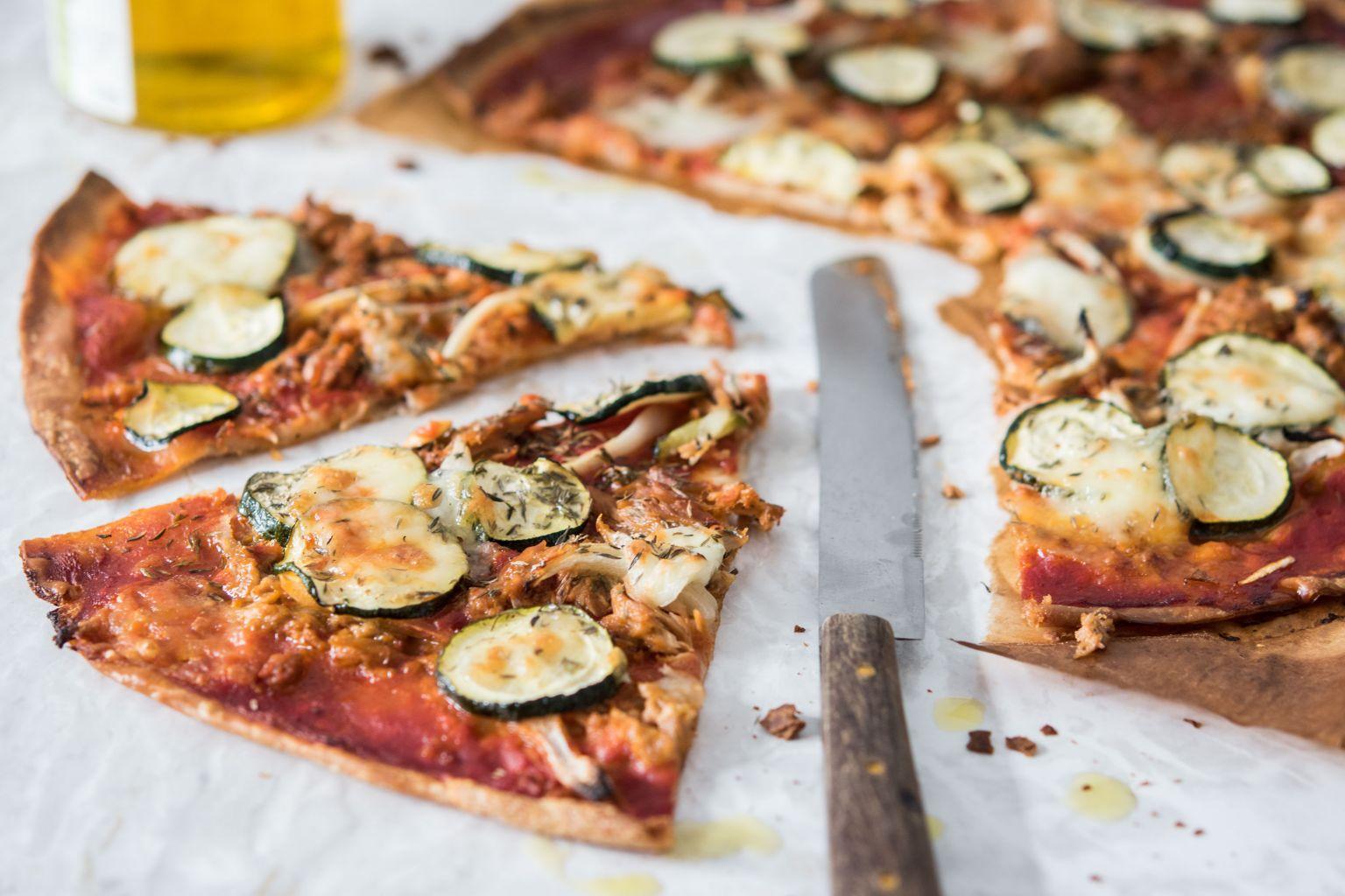 Pizza rossa au thon et à la mozzarella