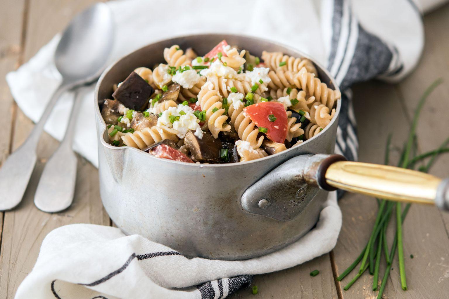 Fusilli à la grecque : féta, aubergine et huile au basilic