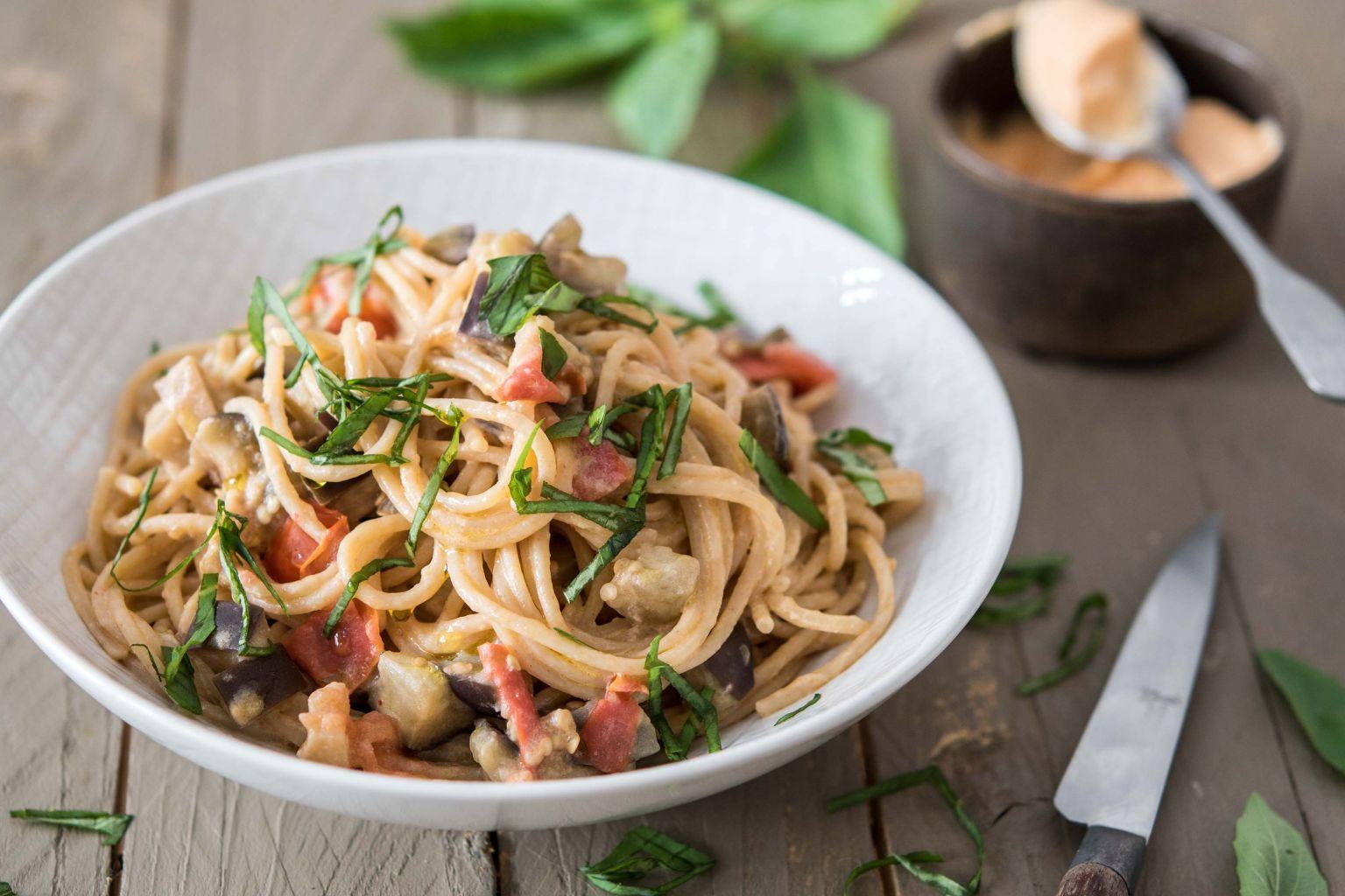 Spaghetti à l'aubergine, basilic et crème de féta au piment