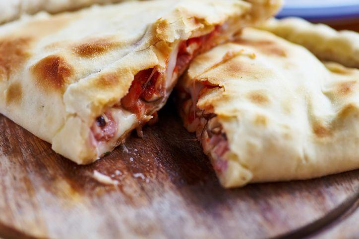 Calzone aux tomates séchées, champignons et mozzarella