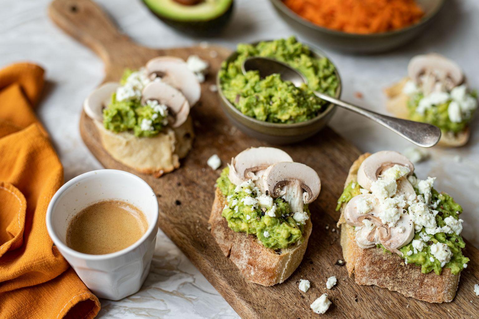 Brunch : Avocado toast à la féta AOP et champignons