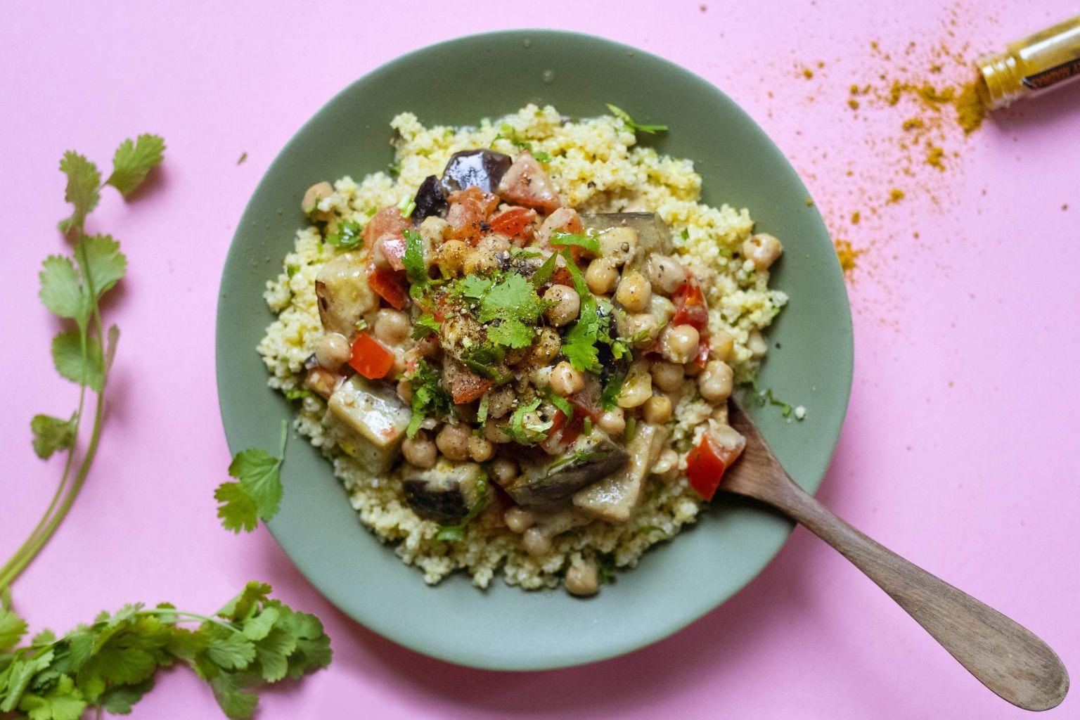 Baingan coco (curry à l'aubergine) et millet à la coriandre