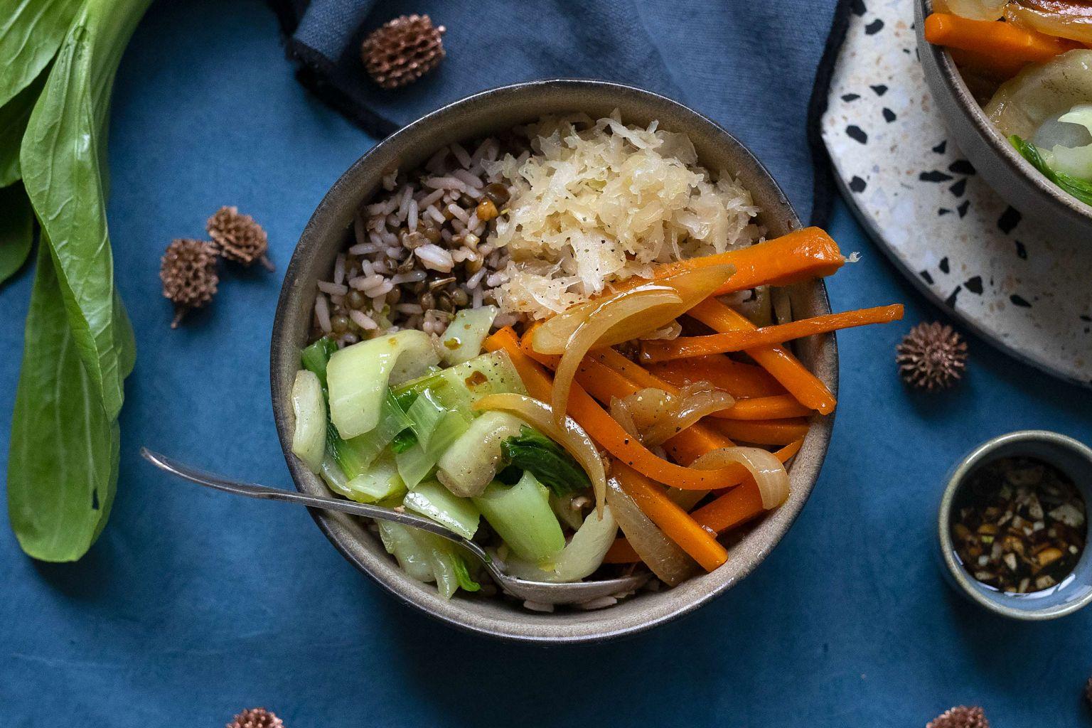 Bowl de lentilles, chou pak choy  et kimchi