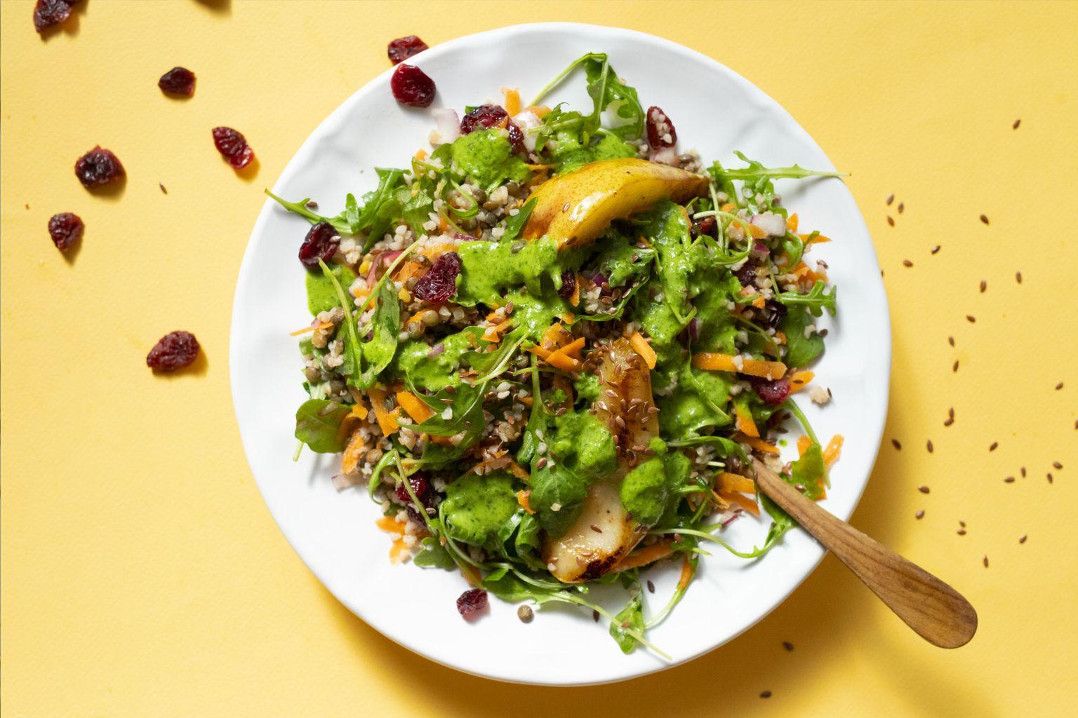 Salade aux cranberries, poire poêlée et pistou