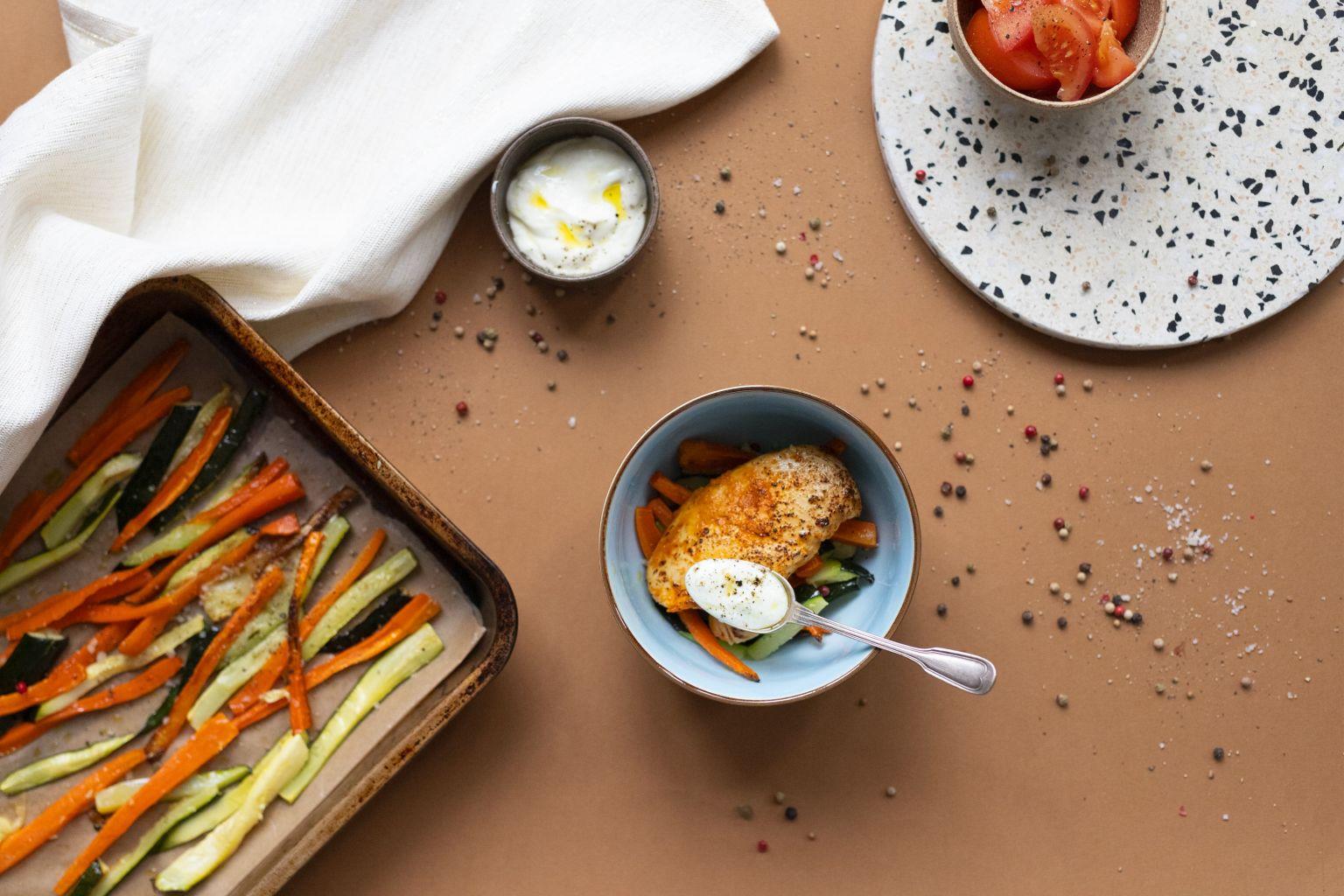Filet de poulet grillé au curry rouge, frites de légumes et sauce à l'ail