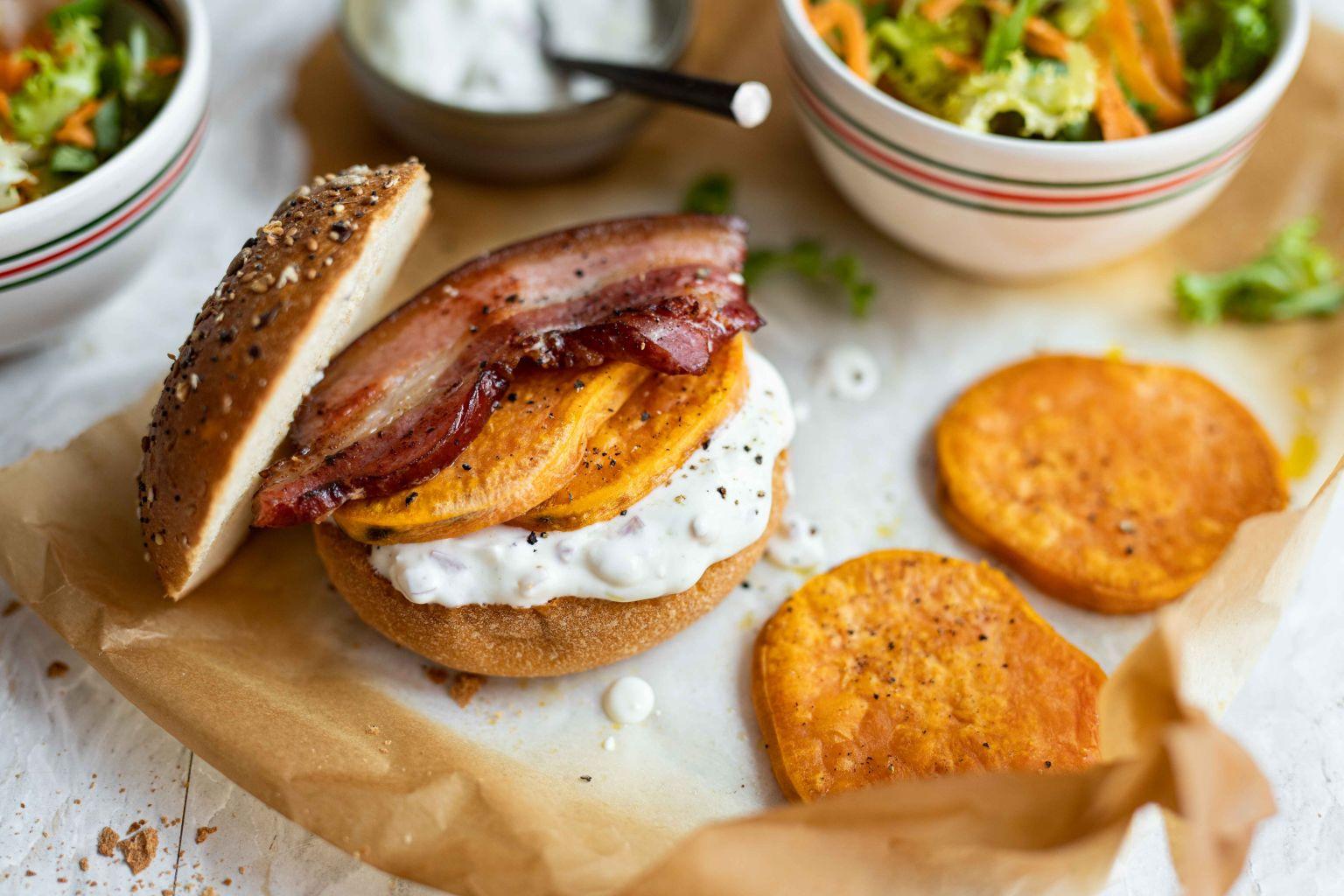 Burger de poitrine fumée, patate douce et fromage frais