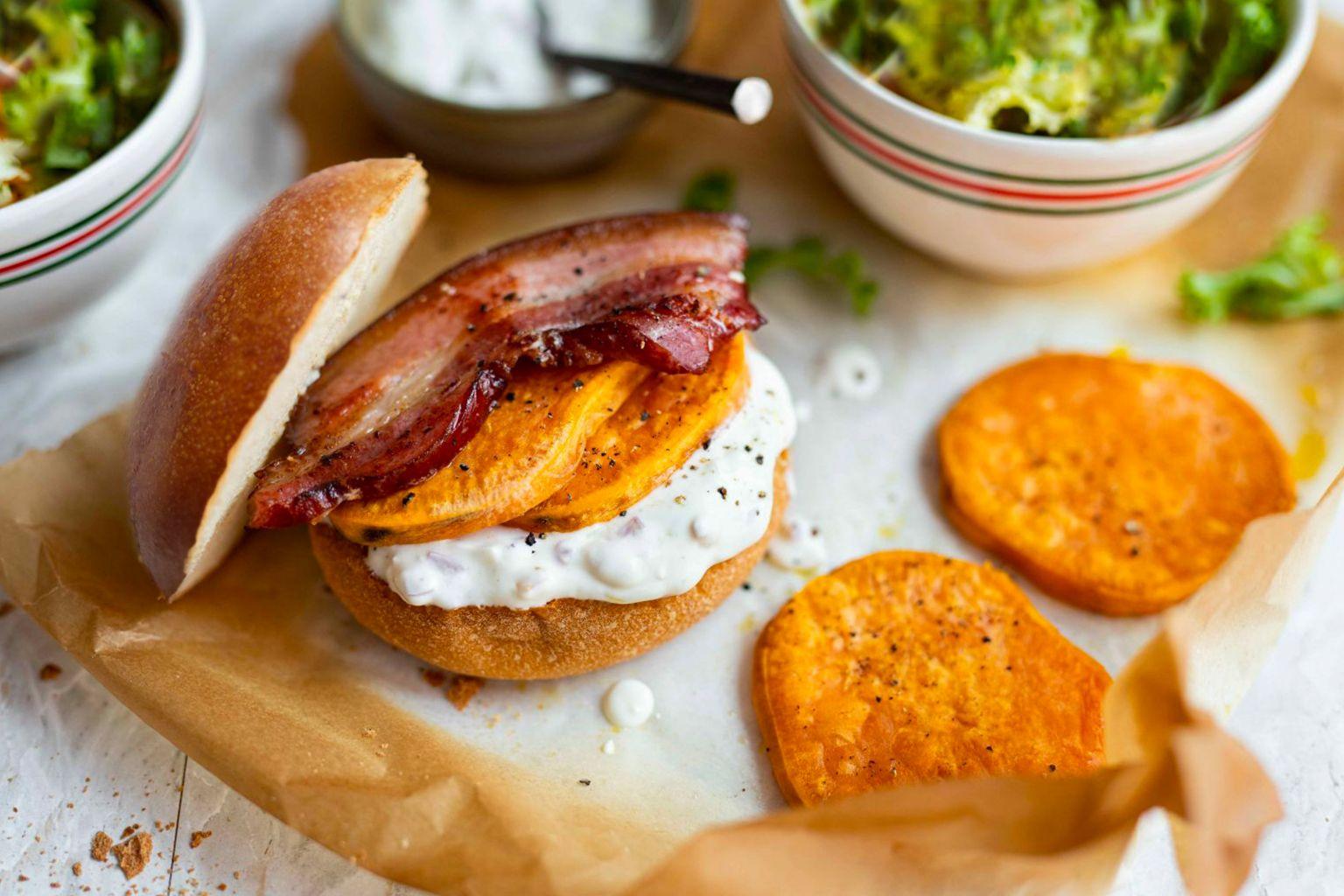 Sandwich de poitrine fumée, patate douce et fromage frais à l'huile pimentée